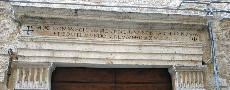 Iscrizione su un portone in Rua Lunga